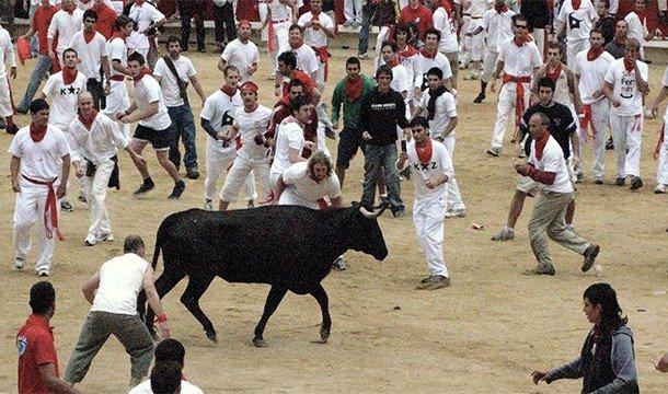 Если вы не готовы видеть людей, которых жестоко пронзают своими рогами быки, и быков, которых бесчел