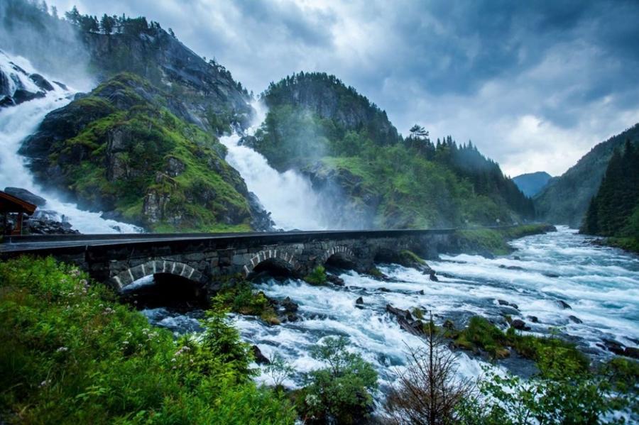 1. Мост на водопаде Лотефоссен в Норвегии