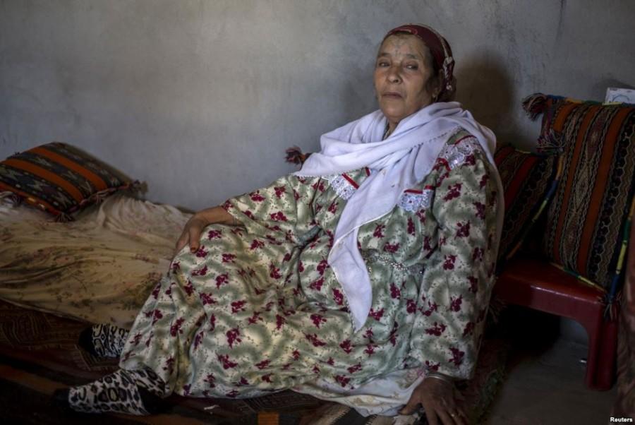 6. Хамза Хугали, 68 лет Хамза сделала татуировку по совету мачехи, которая уверяла, что рисунок на т