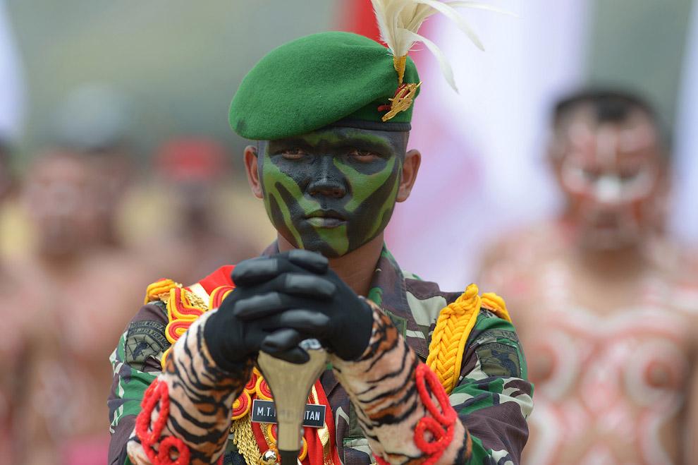 7. Хоть войны племен и постановочные, но острой палкой может здорово прилететь. (Фото Adek Berr