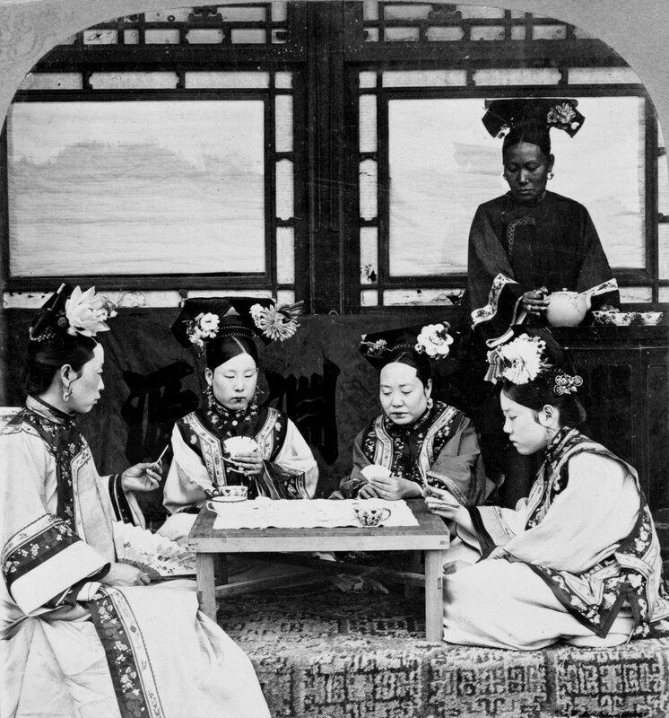 Маньчжурские дамы за чаепитием и игрой в карты