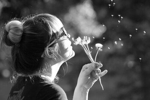 Посмотрите, вьюга какаяВ середине жаркого дня!И летят пушинки, сверкая,На цветы, на траву, на меня...