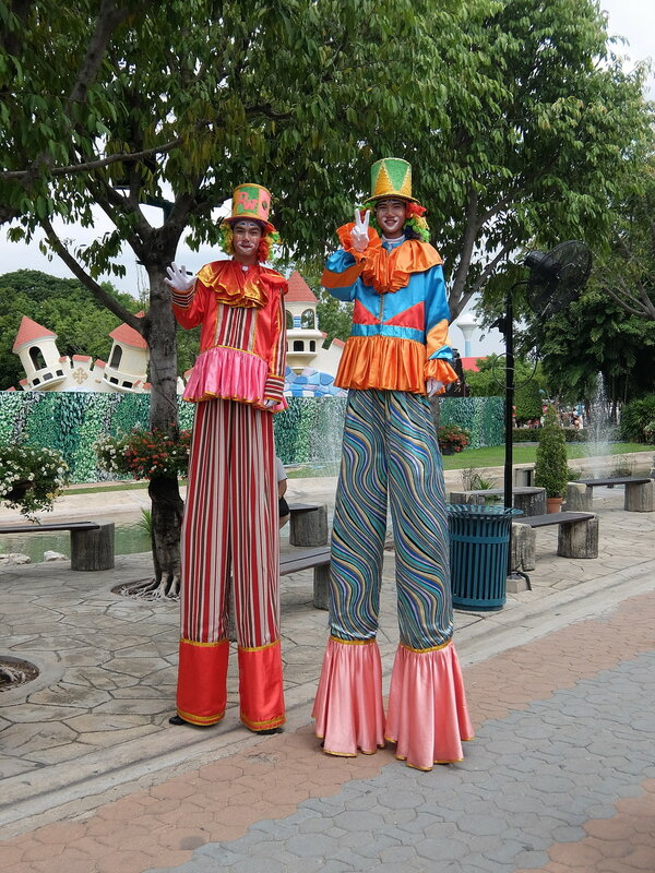 Тайский Диснейленд - Клоуны на ходулях