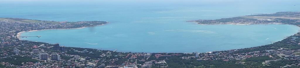 Бухта Геленджика. Вид с верхней станции канатной дороги Сафари-парка в Геленджике