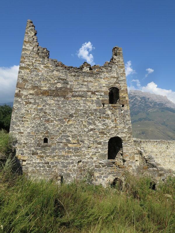 Полубоевая башня с арками двух разных типов, Эгикал