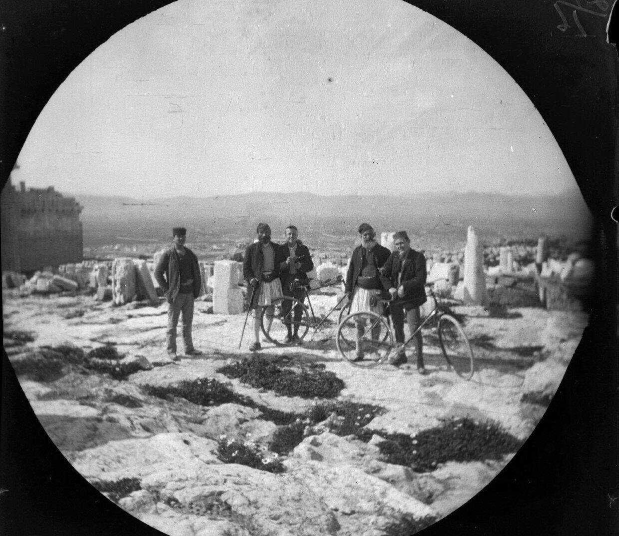 Уильям Захтлебен и Том Аллен на Акрополе позирует с охранниками там, где когда-то стояла статуя Афины Промахос