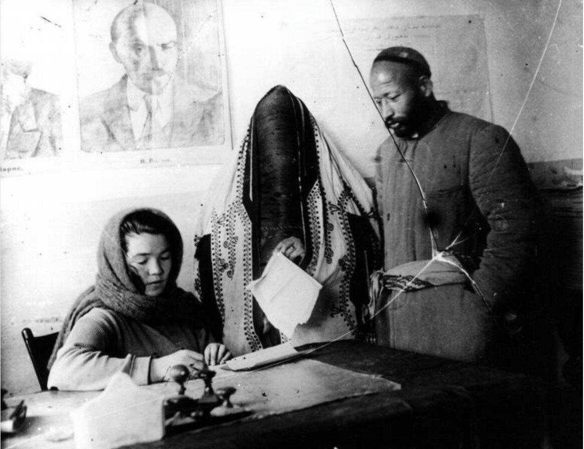 1925. В ЗАГСе