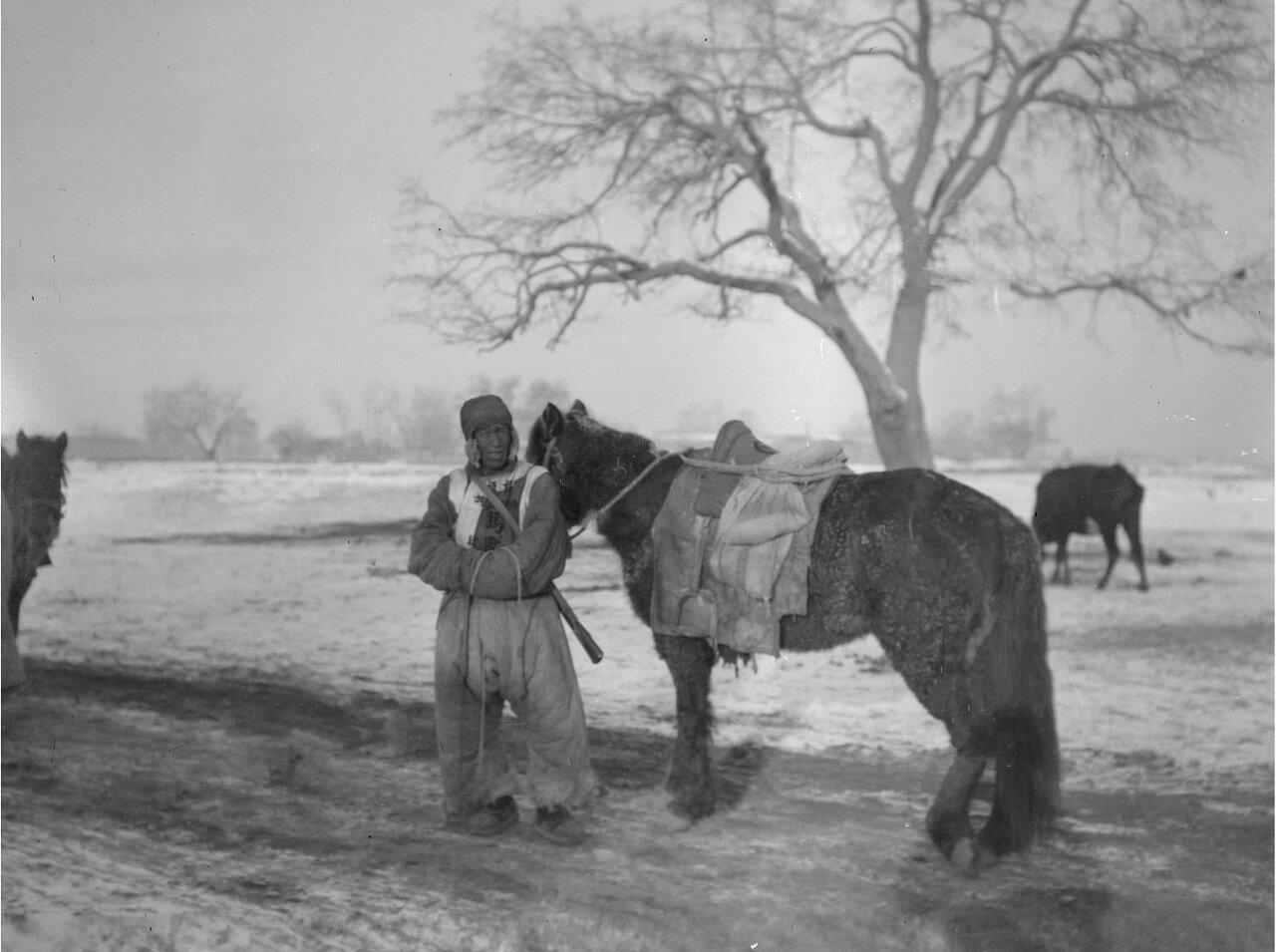 Окрестности Кашгара.Китайские кавалеристы на пути в Кашгар