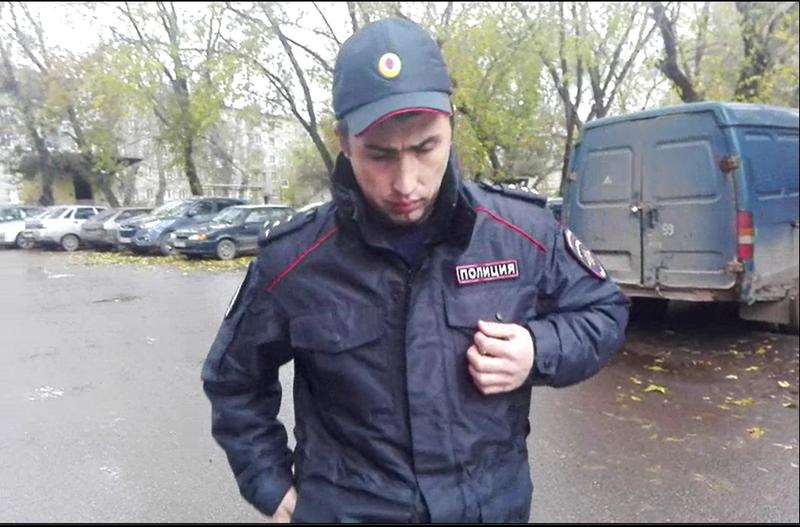 Капитан полиции Токарев Александр Александрович ходит опустив голову и прикрывая жетон рукой.png