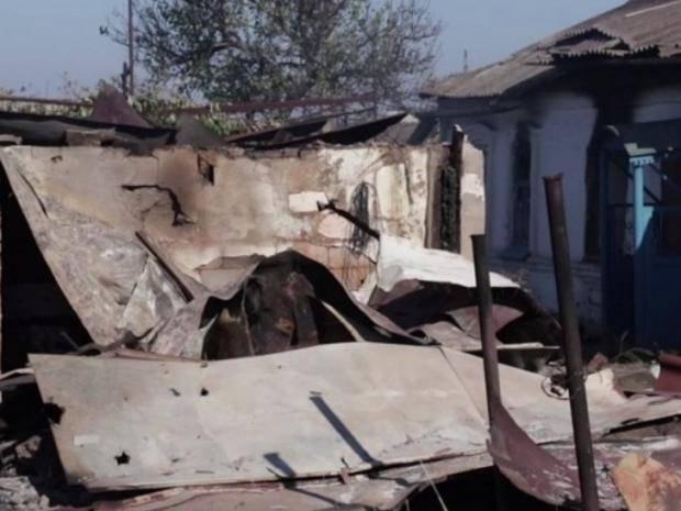 """Во время обстрела возле КПВВ """"Гнутове"""" в селе уничтожено два жилых дома (видео)"""
