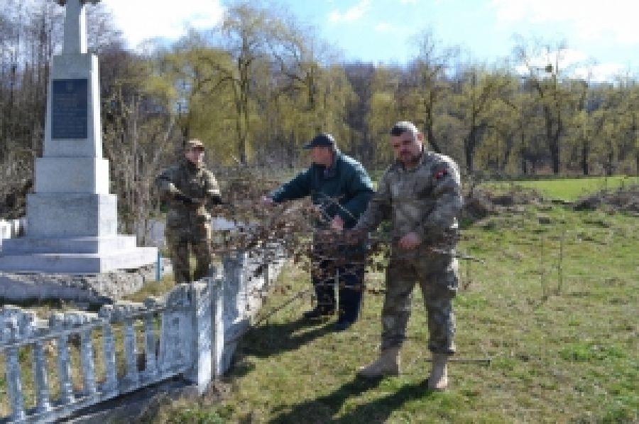 Черновицкие правосекторівці почтили УПА