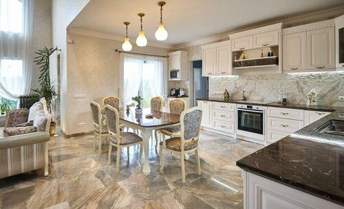 018 столовая, кухня в классическом стиле, мраморные столешницы