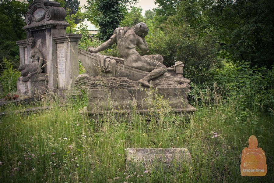 Некоторые памятники заросли травой