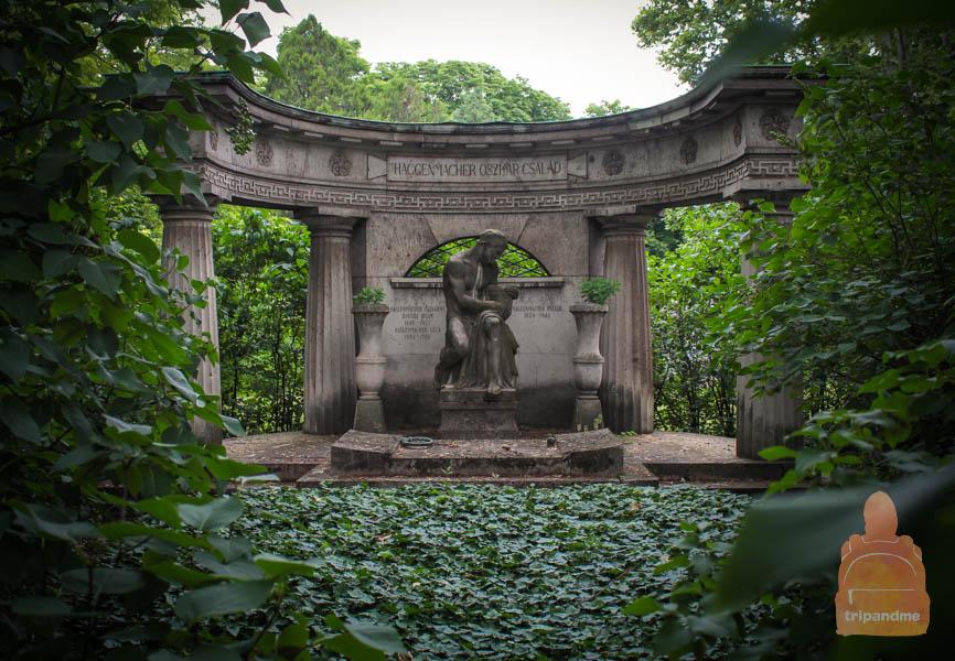 Под некоторыми памятниками захоронены целые семьи