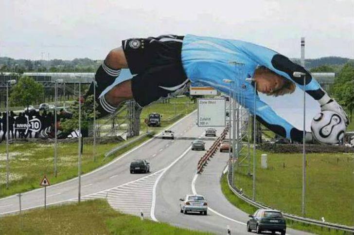 Футболист лихо перегнулся через дорогу, попутно демонстрируя бренд спортивной одежды.