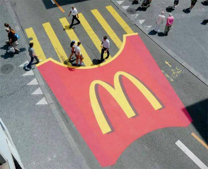 «Макдоналдс» умудрился вписать свою рекламу даже в дорожную разметку.
