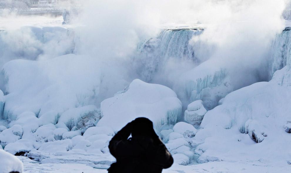 6. Ниагарские водопады — это водопад «Подкова», в которую входят Канадский водопад, Американски