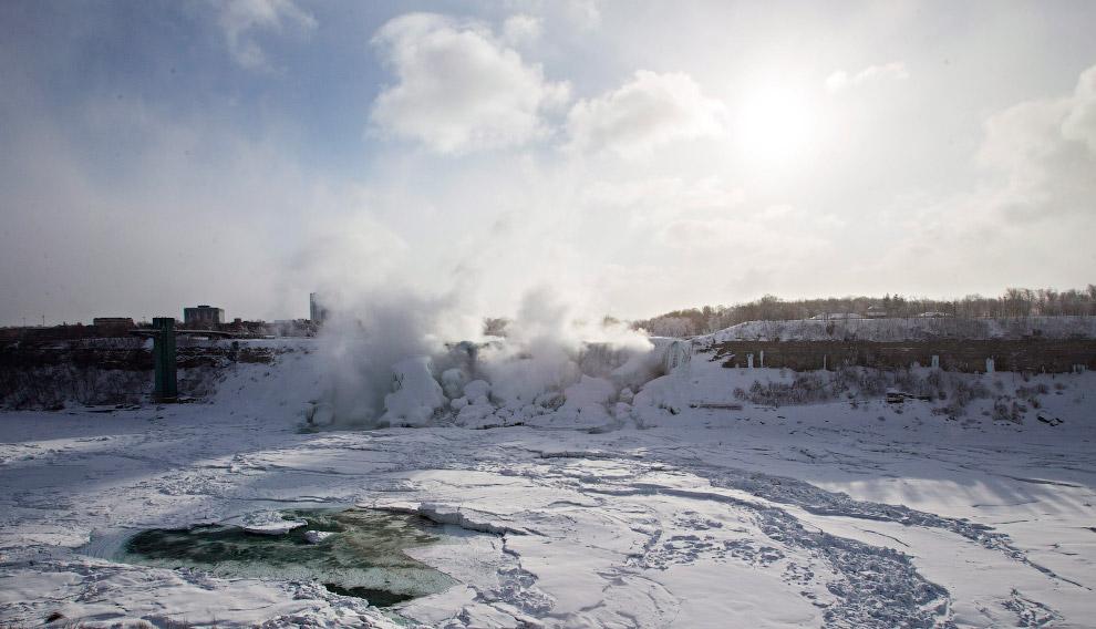 13. Ну а мы смотрим фотографии необычного явления — частично замерзшего Ниагарского водопада. (