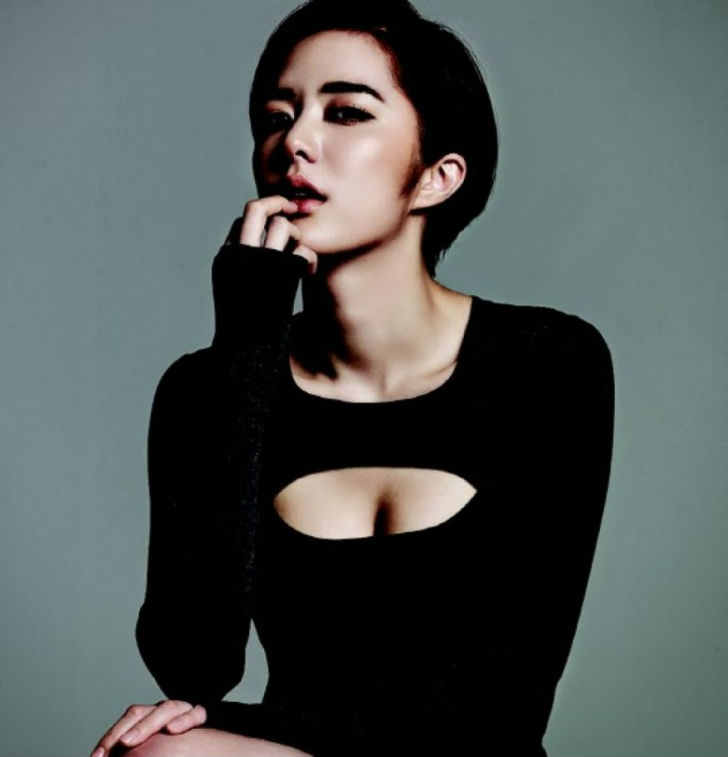 Южнокорейская молодая и подающая большие надежды актриса. Дебютировала в 2010 году в фильме «Свадебн