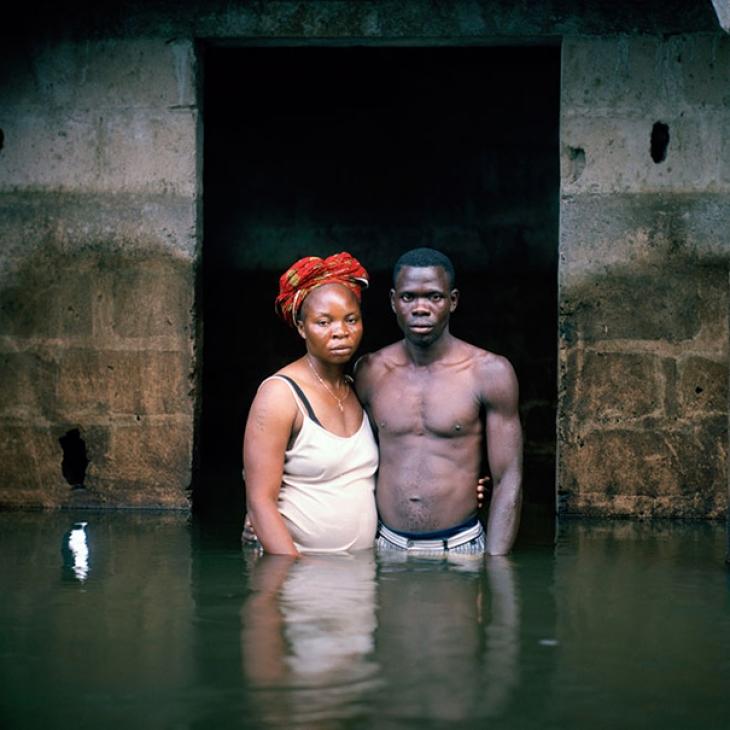 Нигерия, 2012. Семейная пара Хоуп и Виктор Америка у своего затопленного дома.