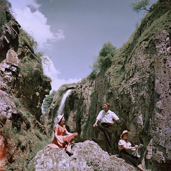 Молодые люди наслаждаются отпуском в горах неподалеку от Кисловодска, 1950.