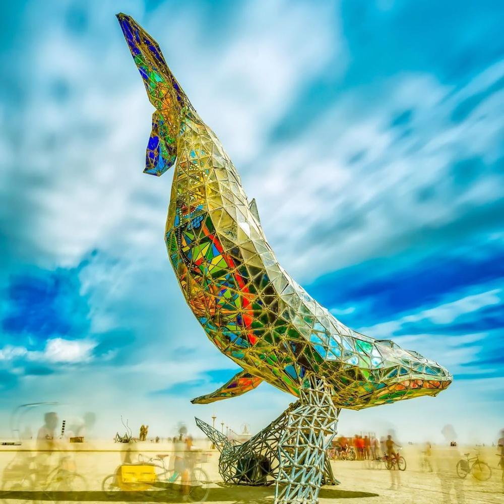 Пятнадцатиметровый космический кит сдетенышем изстали ицветного стекла является символом н