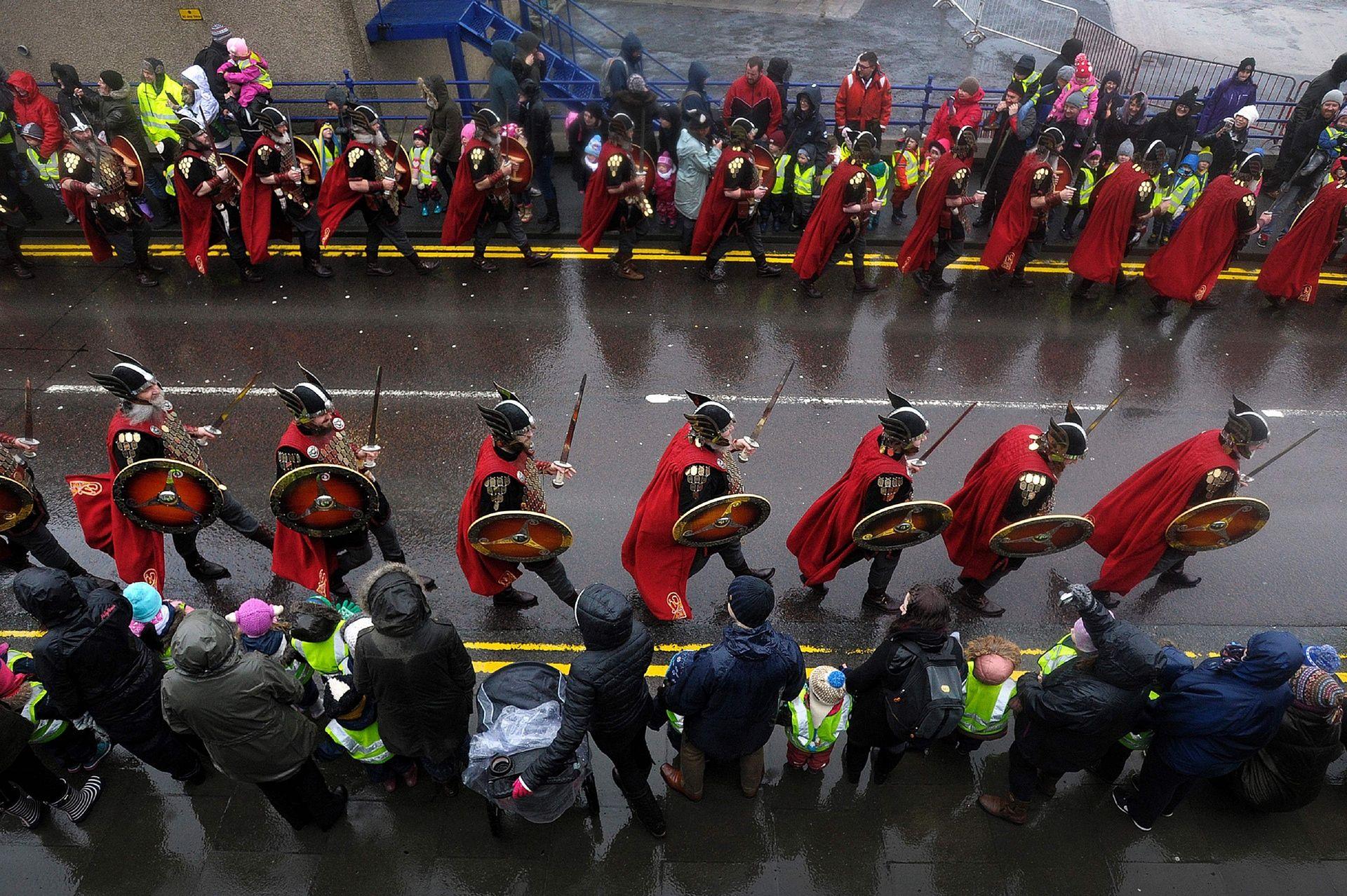 Шествие викингов на улицах Леруика. Шетландцы гордятся фестивалем Апхелио, как и своими дерзкими пре