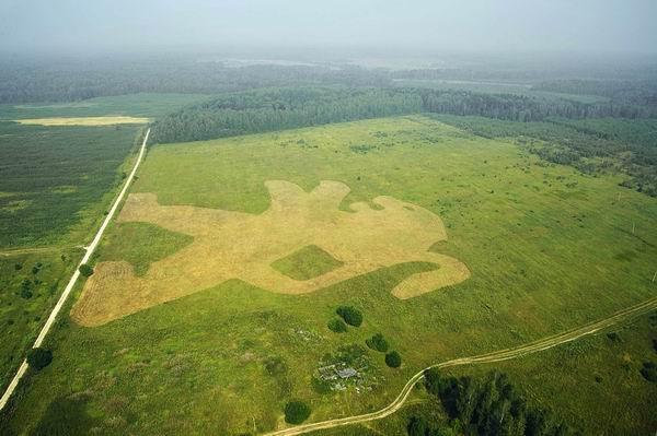Логотип Peugeot вытоптали наполях Калужской области. Агентство Brandworks.  Эксмо «Читай книги—