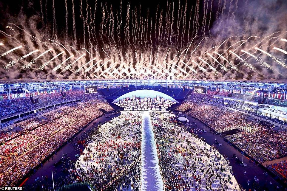 Фейерверки обозначили кульминацию церемонии и официальное начало главного спортивного события года.