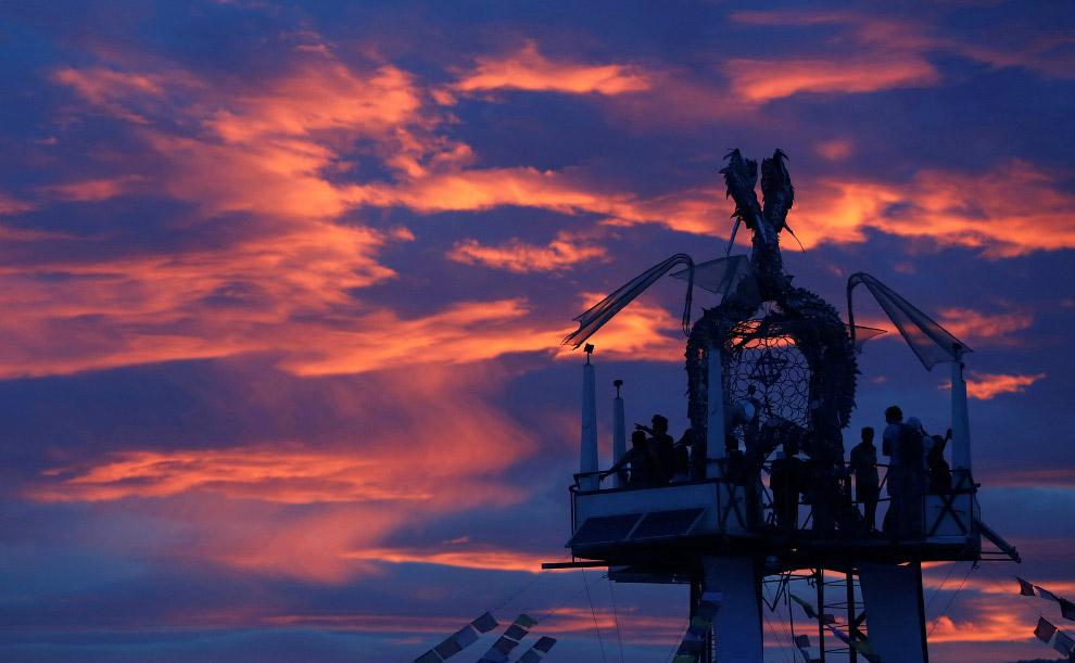 4. Световая инсталляция. Пустыня Блэк Рок в штате Невада, 29 августа 2016. (Фото Jim Urquhart |
