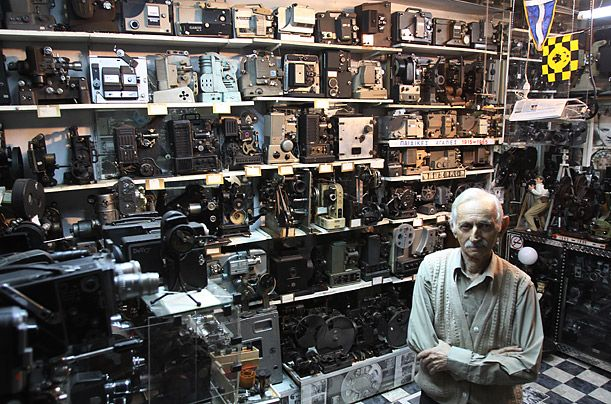 Димитрис Пистолас Афинс — владелец самой большой в мире коллекции кинокамер. Ему принадлежит 937 ста