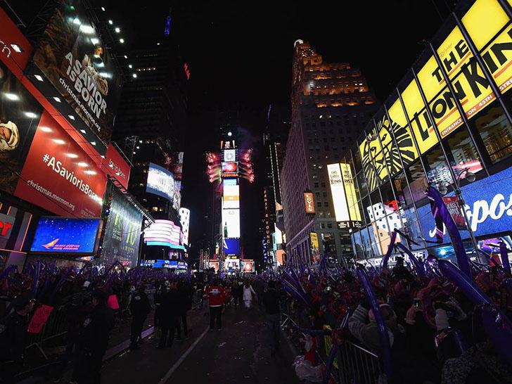 Таймс-сквер сейчас. Это место посещают 50 миллионов человек в год, а в период наплыва туристов по эт