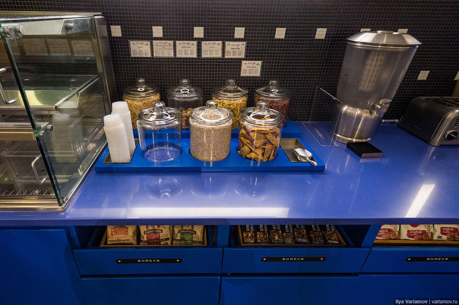 6. Вся еда и напитки для сотрудников бесплатны. Если есть время, можно просто взять их и приготовить
