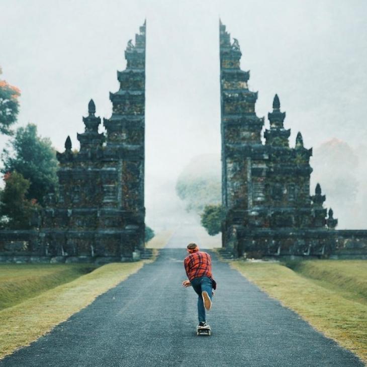 Эти ворота расположены на острове Бали (Индонезия) и выглядят так, что даже объяснять ничего не нужн