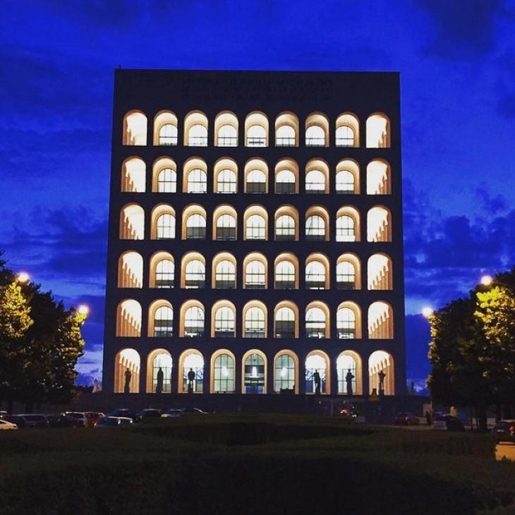 Дворец итальянской цивилизации был построен в Риме по приказу Бенито Муссолини. Ходят слухи, что мон