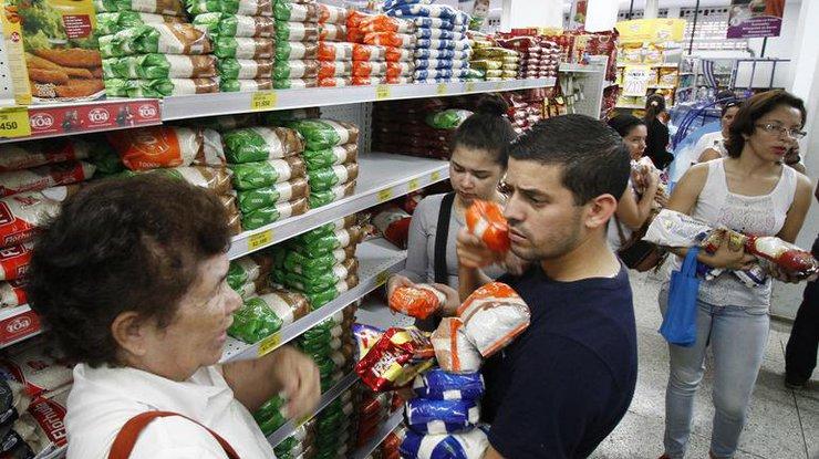 Венесуэла позволила жителям страны приобрести жизненно нужные товары вКолумбии