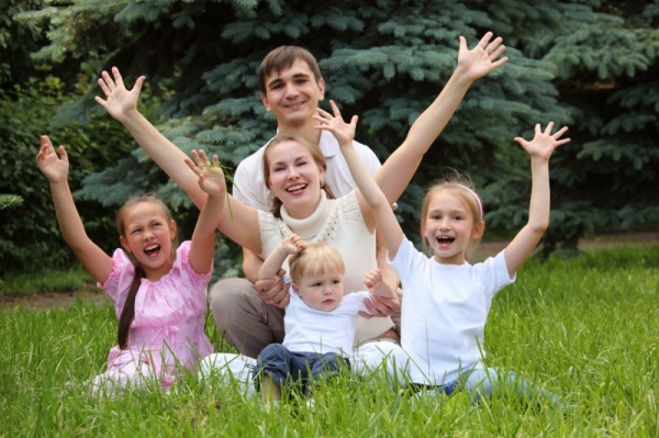 Медведев увеличил объем субсидий навыплаты многодетным семьям