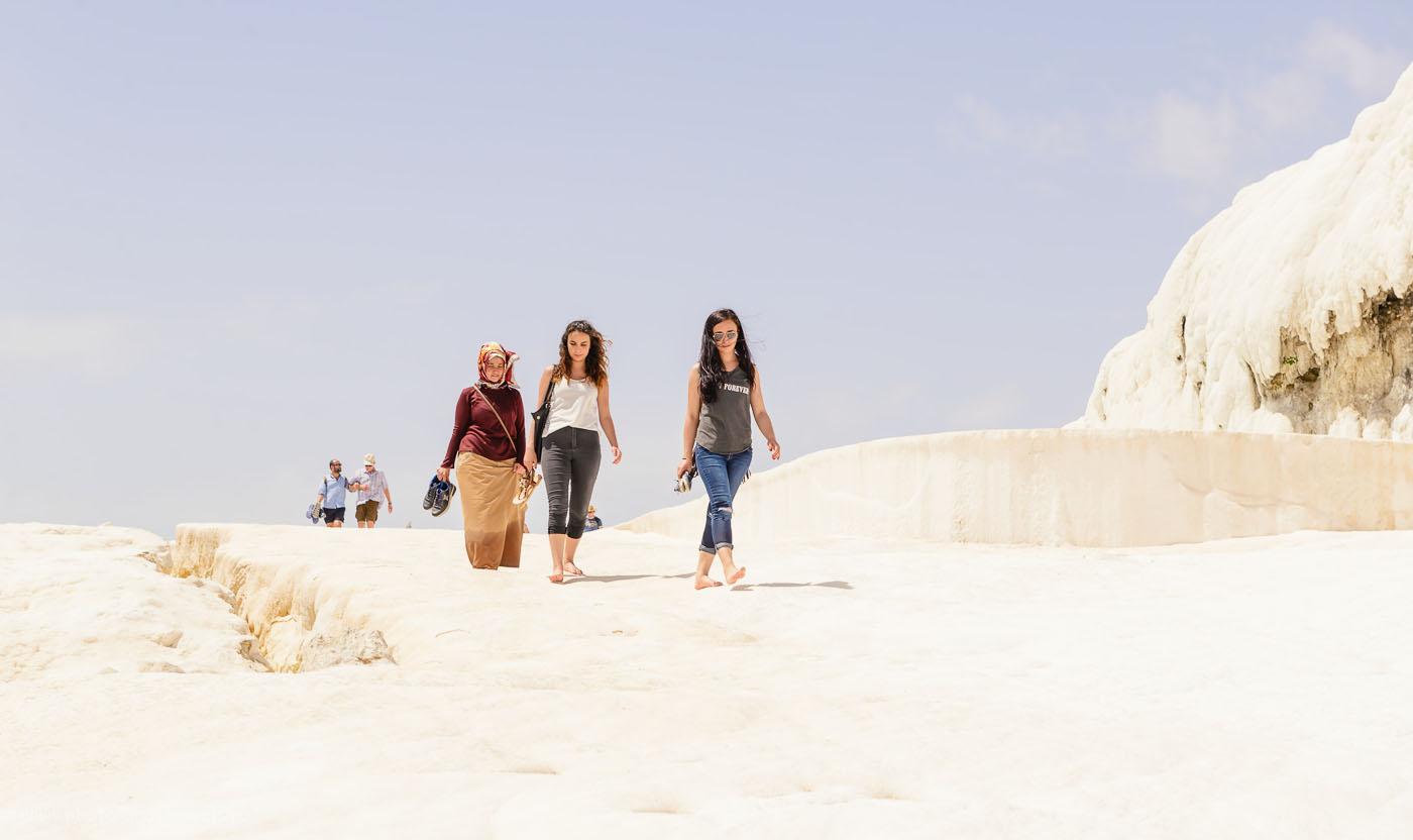 Фото 9. В Турции можно встретить девушек и в хиджабах, и в европейской одежде. Похоже, никаких особых ограничений для представительниц прекрасного пола нет. 1/200, +0.67, 8.0, 100, 70.
