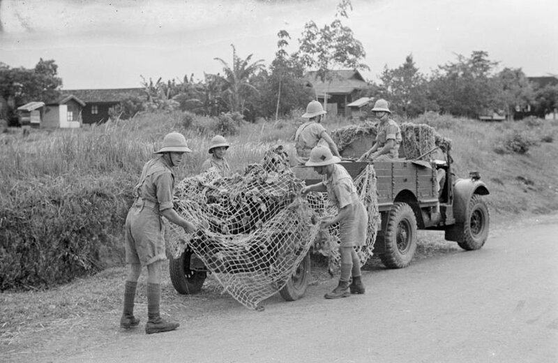 Malaysia_Royal_Artillery_soldiers_using_camouflage_to_hide_field_cannon.jpg