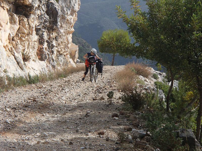 на велосипеде по грунтовой дороге в горах Sierra de las Nieves в андалусии, испания