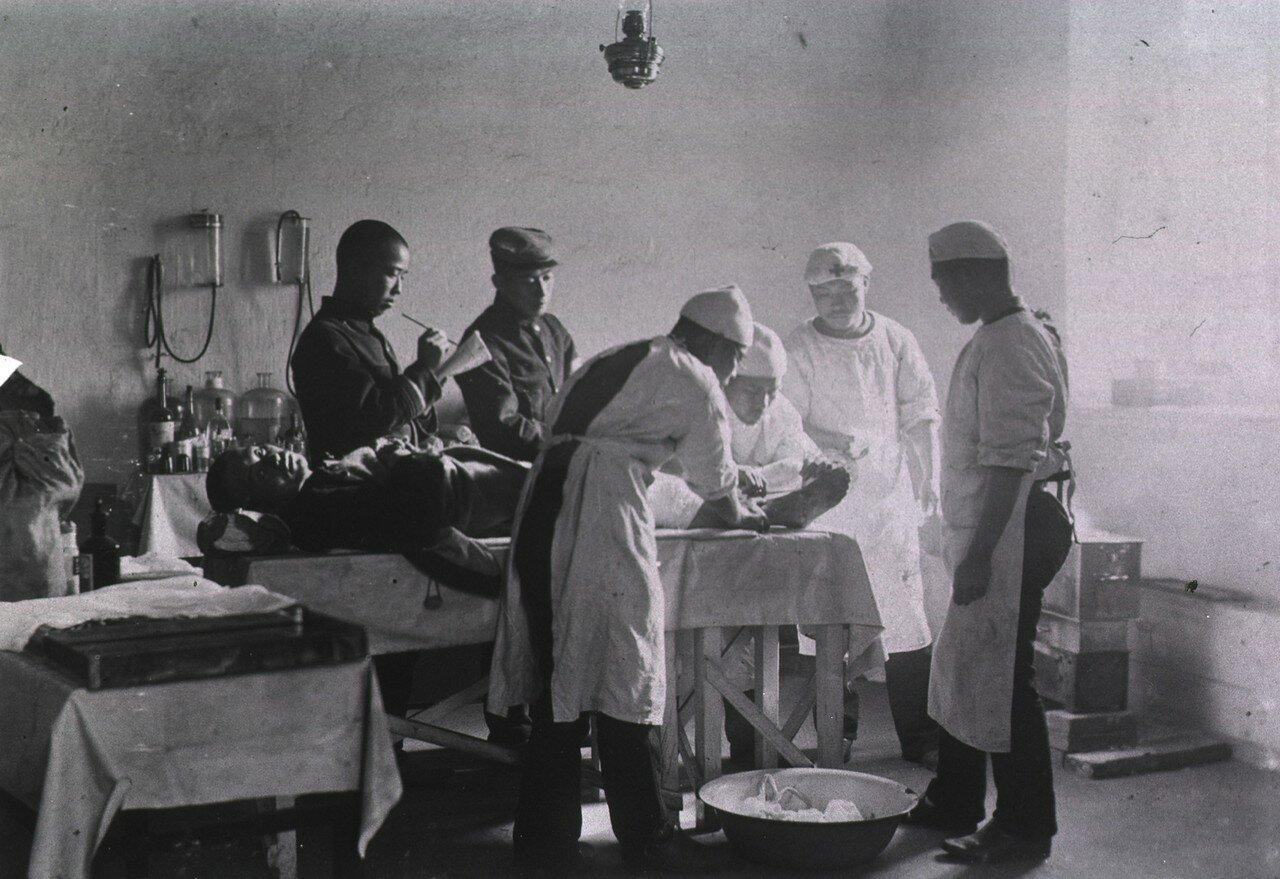Хирурги лечат ранение ног в операционной Мукденского полевого госпиталя японской 5-й дивизии