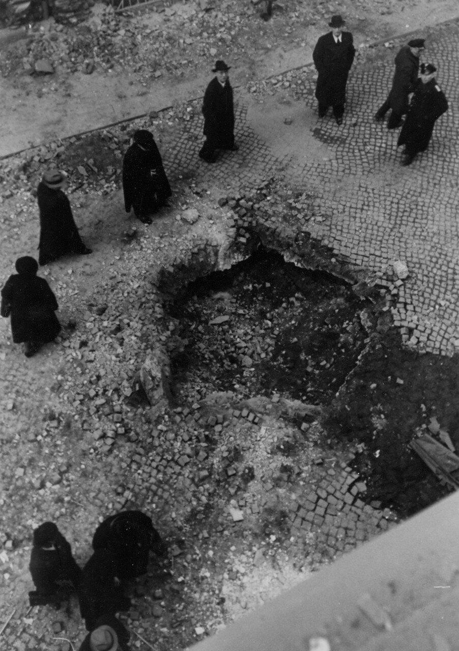 Гамбург. Одна из первых бомб, обрушившихся на город в непосредственной близости от Дома прессы