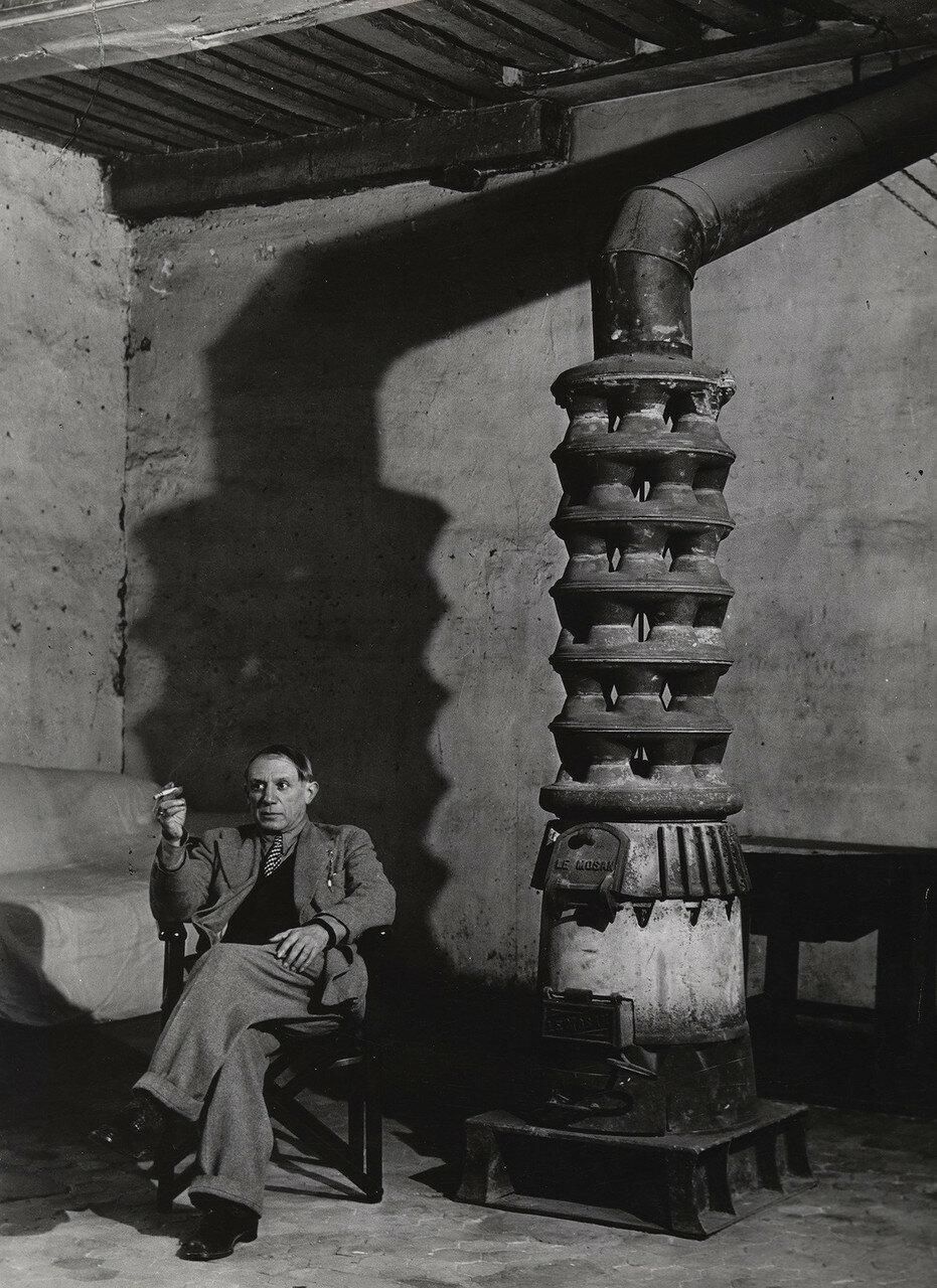 1939. Пикассо со своей печкой на улице Великих Августинцев