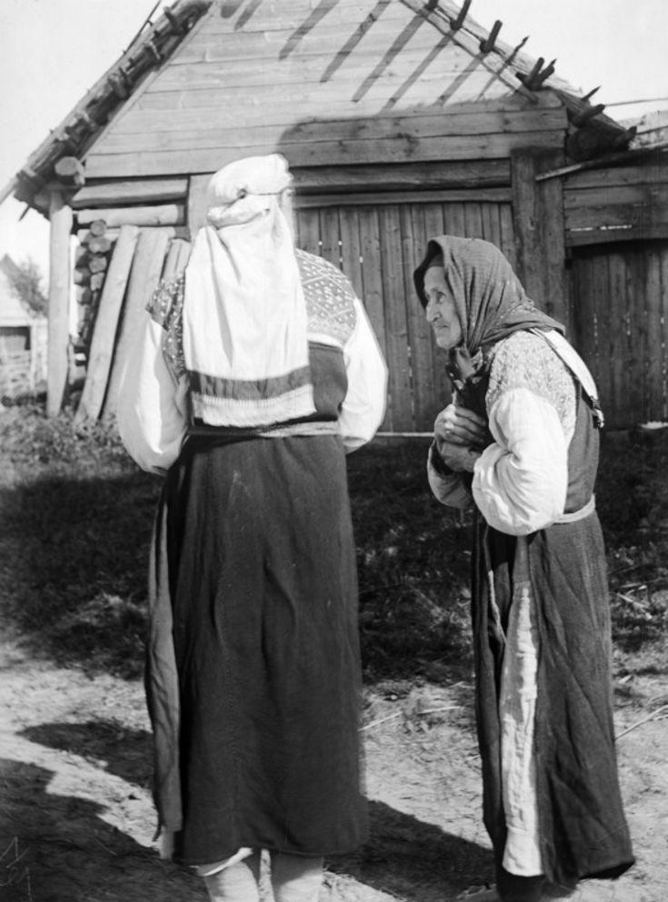 Лендовщина. Ижорские старухи Вера Климова и Катя Кавриловна в старинных одеждах
