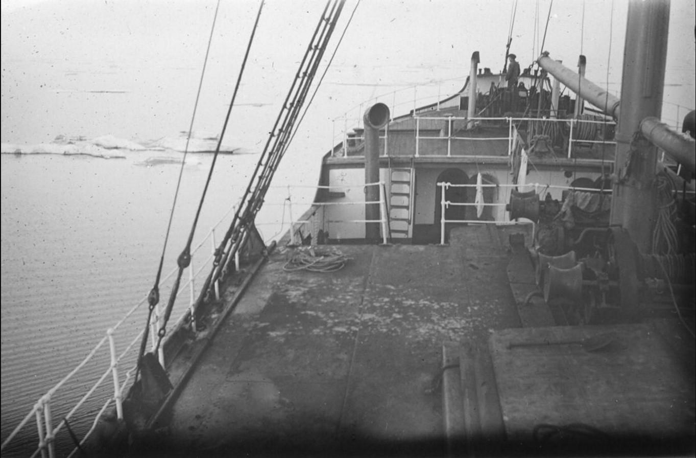 18 – 23 августа 1914. Пароходы на рейде в Северном Ледовитом океане. На переднем плане пароход «Эрнст Гюнтер»