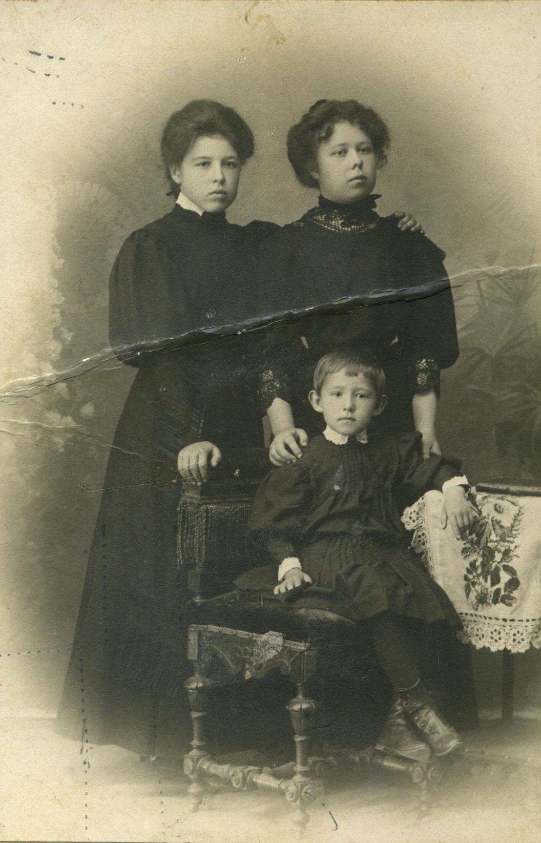 Портрет Марии и Елизаветы Орловых и Софьи Сокольской. 1910