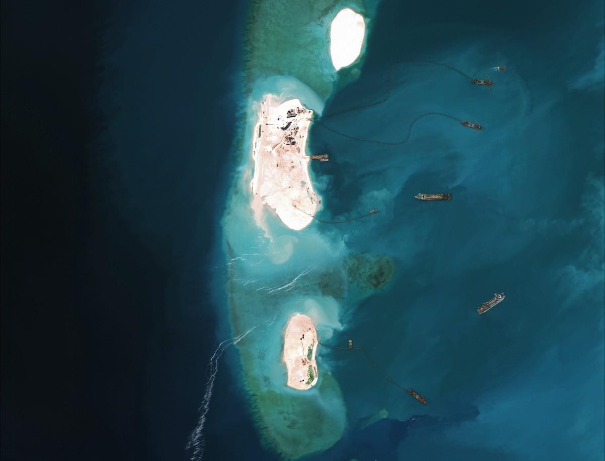 3. Начиная с апреля, Филиппины забрасывают Китай протестами, обвиняя его в превращении двух рифов в