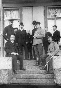 Группа следователей, корреспондентов и жителей у дома, где жил М.Я. Герценштейн.