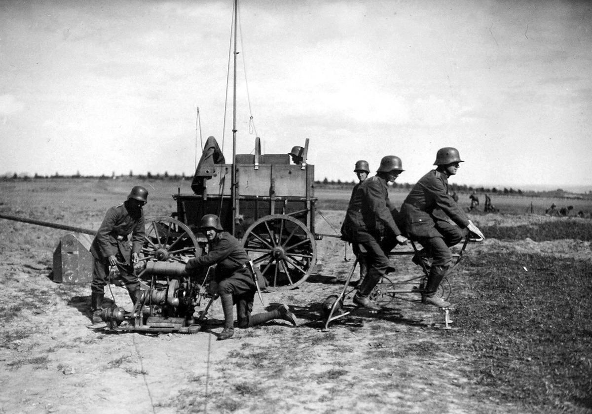 Немецкие солдаты занимаются выработкой электричества для питания полевой радиостанции (сентябрь 1917 года) (1)