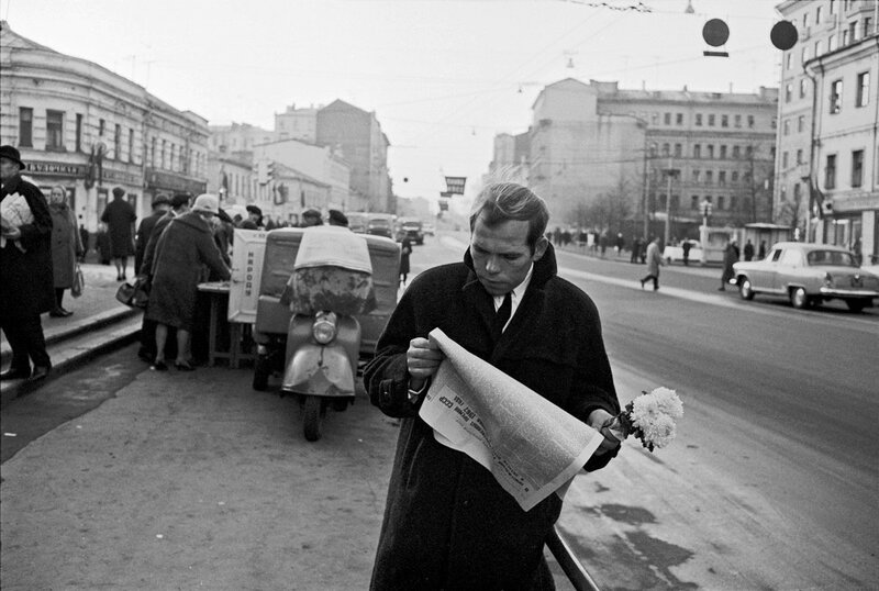 405432 У метро _Новослободская_Bruno Barbey 1967